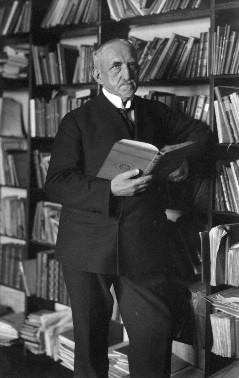 Wossidlo vor seiner Büchersammlung