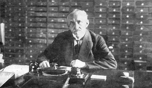 Richard Wossidlo vor seinenm Zettelkästen